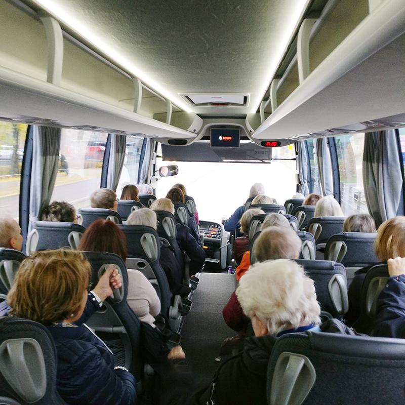 Interiör av bussen, folk sitter på alla platser.